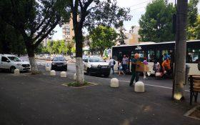 """De la Cititori: Masinile ADP Sector 4 sunt mai cu """"mot"""" – parcheaza in statia de autobuz"""